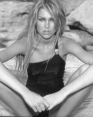 Com cabelos longos, em campanha publicitária de marca de biquíni (jun.2001)