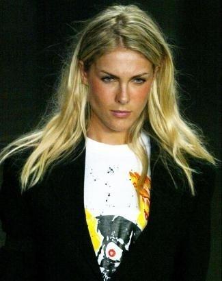 """Com os cabelos no estilo """"despenteado"""" na passarela (jan.2005)"""
