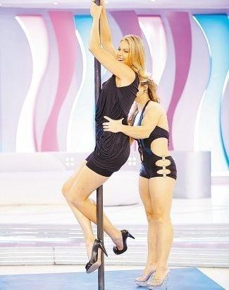 """Em clima de descontração, Ana Hickmann faz performance de pole dance durante apresentação do programa """"Hoje em Dia"""", da TV Record (20/11/2009)"""