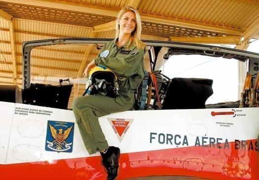 """Já como repórter do """"Domingo Espetacular"""", Ana Hickmann participa de voo de acrobacias na Academia da Força Aérea Brasileira (abr.2005)"""