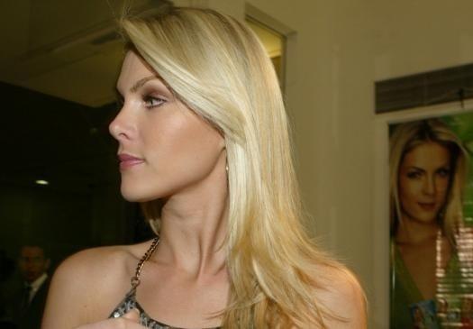 O perfil de Ana Hickmann revela os traços delicados da loira (jul.2006)