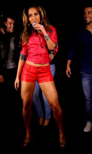 2.mar.2013 - Sabrina Sato faz ensaio para marca de roupas em balada de São Paulo. A apresentadora exibiu as pernas torneadas em looks que valorizaram suas curvas. As imagens do making of mostram a gata interpretando com muita sensualidade uma cantora e uma DJ