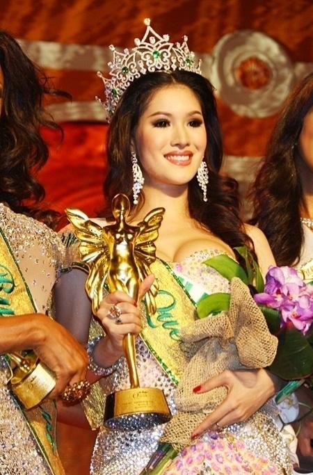 Sirapassorn Atthayakorn  é considerada uma das mulheres mais bonitas da Tailândia. O título a fez conquistar a faixa de