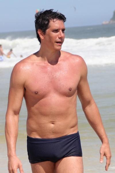 3.mar.2013 - O ator e apresentador Márcio Garcia aproveitou o domingo ensolarado para praticar futevôlei com amigos e se refrescar no mar da praia da Barra da Tijuca, no Rio de Janeiro