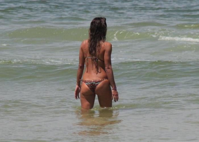 """4.mar.2013 - Talitha Morete, repórter do """"Domingão do Faustão"""", aproveitou a segunda-feira ensolarada para renovar o bronzeado na praia da Barra da Tijuca, no Rio de Janeiro"""