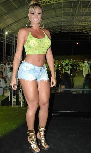 """A modelo Juju Salimeni, 26, que critica o """"preconceito"""" contra o culto ao corpo, durante ensaio de escola de samba em São Paulo"""