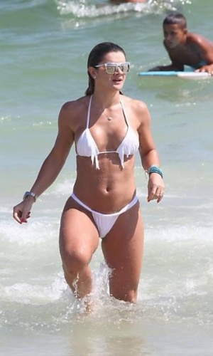 A modelo Mirella Santos na praia da Barra da Tijuca, no Rio de Janeiro