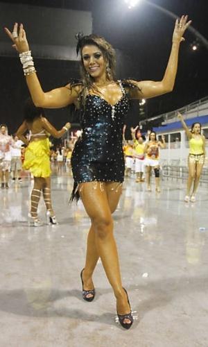 Ex-BBB Fabiana participa do ensaio técnico das escolas de samba de São Paulo, no Anhembi