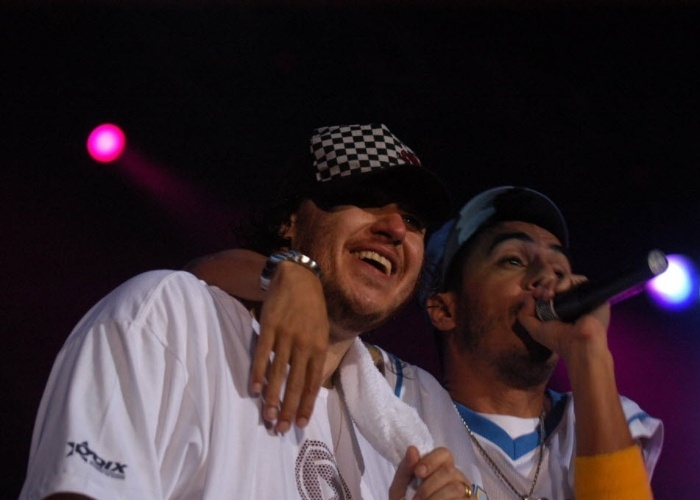 16.fev.2005 - Chorão e Marcelo D2 cantam juntos em show em Florianópolis (SC)