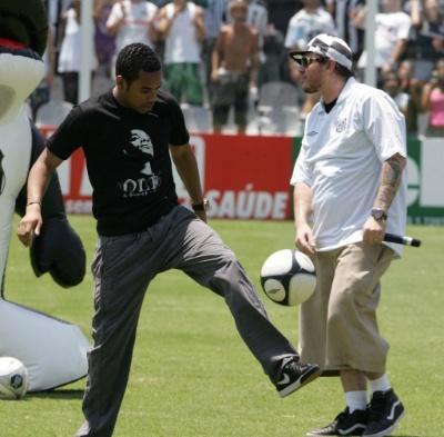 1.fev.2010 - Chorão anima a volta do jogador Robinho ao Santos, na Vila Belmiro (SP). O atleta veio por empréstimo até 4 de agosto de 2010 do Manchester City, da Inglaterra