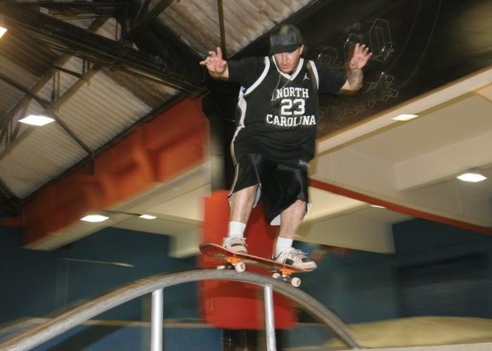 26.abr.2006 - Chorão, do Charlie Brown Jr., se diverte em sua pista de skate (Chorão Skate Park) em Santos (SP)