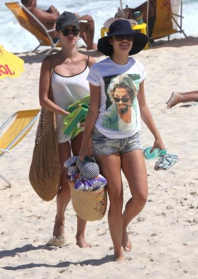 5.mar.2013 - As atrizes Sophie Charlotte (à dir.) e Thaila Ayala curtem dia ensolarado na praia da Reserva, zona oeste do Rio de Janeiro