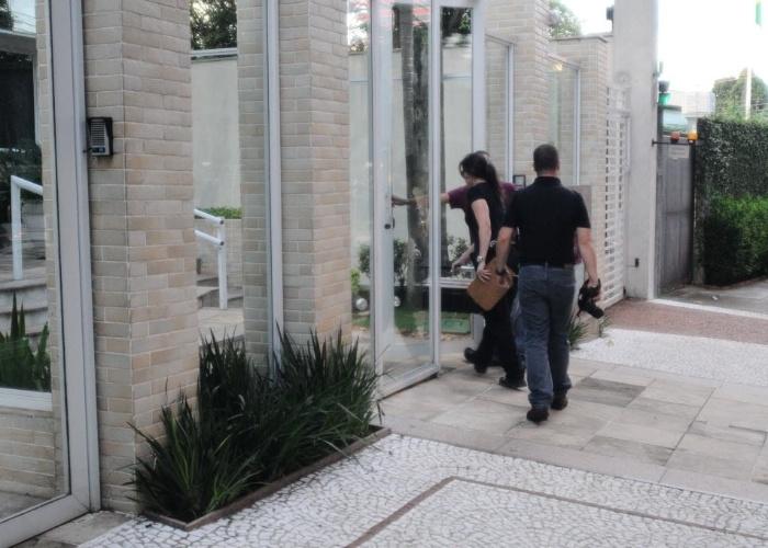 6.mar.2013 - Policiais entram no prédio do Chorão, o vocalista e letrista da banda Charlie Brown Jr., onde foi encontrado morto essa manhã no bairro de Pinheiros (SP)