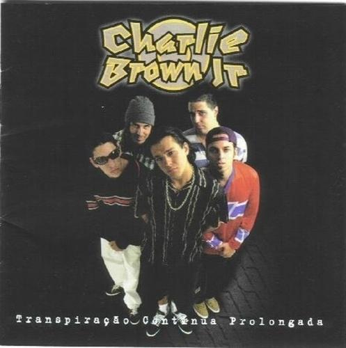 O primeiro disco da banda Charlie Brown Jr é composto pelos músicos Chorão (centro), Champignon (esq) Renato Pelado (fundo esq) Marcão (dir) e Thiago