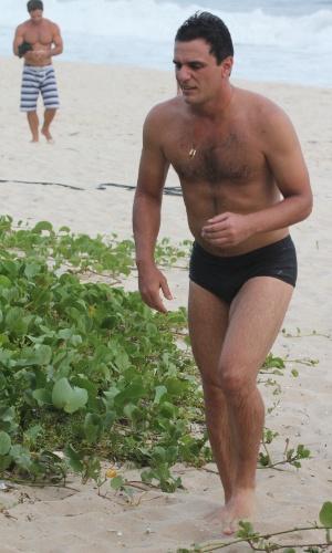 """5.mar.2013 - Rodrigo Lombardi, intérprete do capitão Théo de """"Salve Jorge"""", gravou algumas cenas para a novela na Praia da Macumba, no Rio de Janeiro"""
