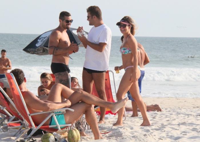 5.mar.2013 - O ex-BBB Yuri e a apresentadora Lívia Lemos se encontraram na praia da Barra da Tijuca, no Rio de Janeiro. Além de retocar o bronzeado, os dois aproveitaram para colocar o papo em dia