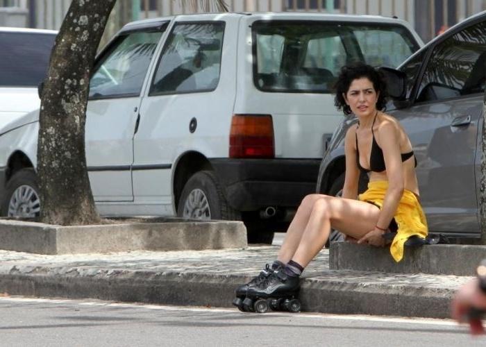30.out.2011 - A atriz Letícia Sabatella aproveita um domingo ensolarado para andar de patins na orla da praia do Leblon, no Rio