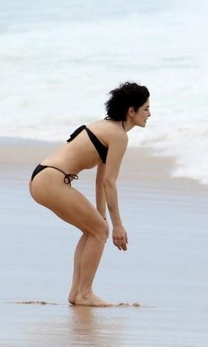 30.out.2011 - A bela Letícia Sabatella usa um biquíni preto que valoriza sua boa forma, enquanto curte a praia do Leblon, no Rio