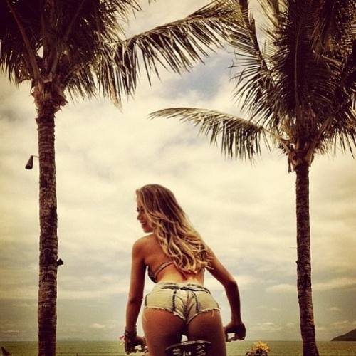 """8.mar.2013 - Carol Narizinho é a estrela da edição de março da """"Playboy"""". Para presentear os fãs, a panicat resolveu postar no Instagram uma de suas fotos para o ensaio sensual. Na imagem, a gata aparece andando de bicicleta e empinando o bumbum em um shortinho jean"""