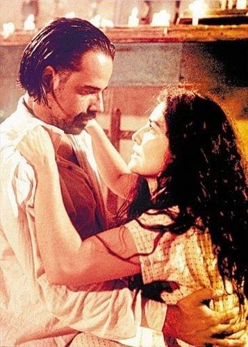 """1999 - A atriz Letícia Sabatella grava uma cena romântica com o ator Ângelo Antônio em cena do filme """"O Tronco"""". Ela foi casada com o ator, com quem teve sua única filha, Clara"""