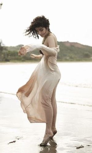 """Dez.2010 - A atriz Letícia Sabatella posou para um ensaio sensual da revista """"Alfa"""" em uma praia semideserta de Búzios, na região dos Lagos do Rio"""