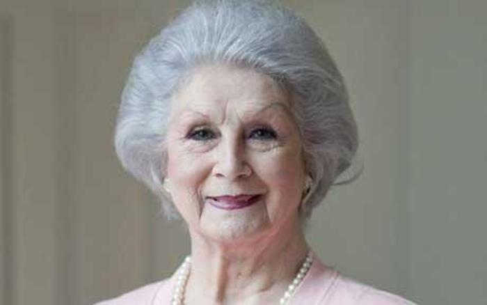 """April Ashley, 78, fez histórtia como um dos rostos mais bonitos da Inglaterra. Depois da cirurgia, no início dos anos 60, April se tornou modelo e fez partipações em filmes. Em 1970, depois de sete anos de casamento, seu marido, Arthur Corbett, pediu o cancelamento da união, alegando que April era """"homem"""" - mesmo conhecendo a história da bela de Liverpool. April, que é considerada a primeira britânica a se submeter à transgenitalização, tinha na juventude uma beleza digna de Audrey Hepburn"""