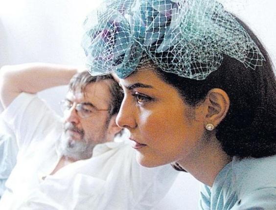 """2006 - Letícia Sabatella participa das filmagens de """"Vestido de Noiva"""", filme com Jofre Rodrigues (ao fundo), filho do dramaturgo Nelson Rodrigues"""
