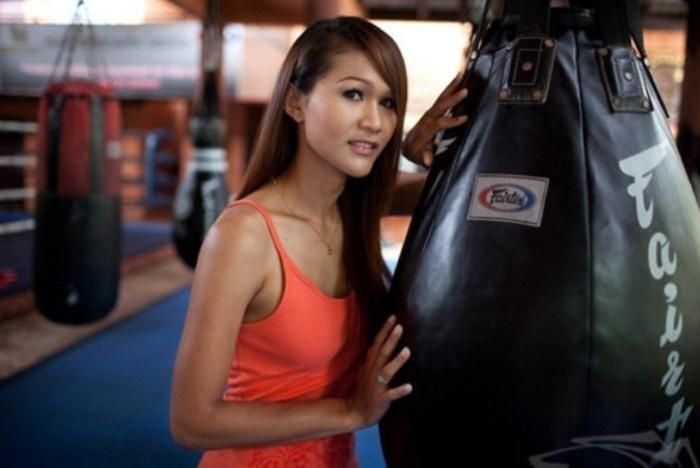 Nong Tum, 33, fez história como lutadora de muay thai. Maquiada, a tailandesa subia ao pódio e derrotava os adversários. Atualmente, Tum dedica-se à vida artística e já estrelou filmes