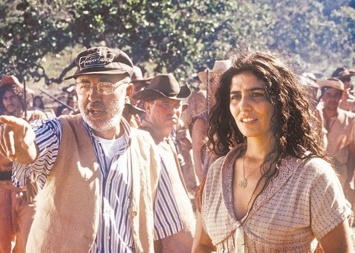 """1999 - O diretor João Batista de Andrade orienta a atriz Letícia Sabatella, durante filmagens de """"O Tronco"""""""