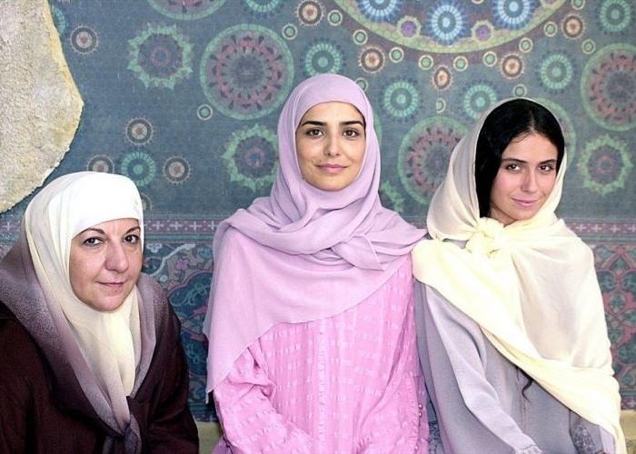 """2002 - Vestidas como muçulmanas, as atrizes Jandira Martini (à esq.), Letícia Sabatella (centro) e Giovanna Antonelli (à dir.) posam em foto da novela """"O Clone"""", que explorava a cultura marroquina"""