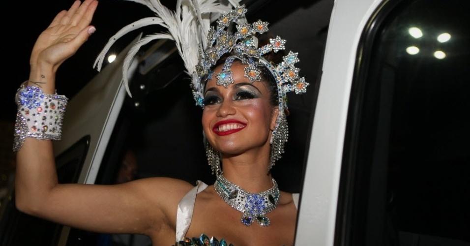 11.fev.2013 - Nanda Costa chega para o desfile da escola de samba carioca Beija-Flor de Nilópolis na Marquês de Sapucaí (RJ)