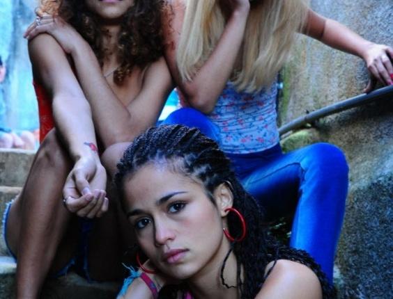 """2009 - As atrizes Kika Farias (esq.), Amanda Diniz (dir.) e Nanda Costa (centro) em cena de """"Sonhos Roubados"""", dirigido por Sandra Werneck. O filme retrata a vida nas favelas brasileira sob o ponto de vista feminino"""