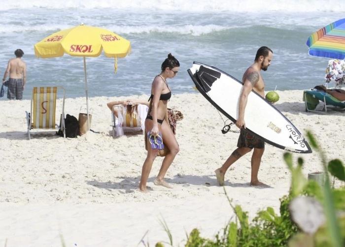8.mar.2013 - O casal Paulinho Vilhena e Thaila Ayala curte dia ensolarado na Prainha, no Rio de Janeiro.