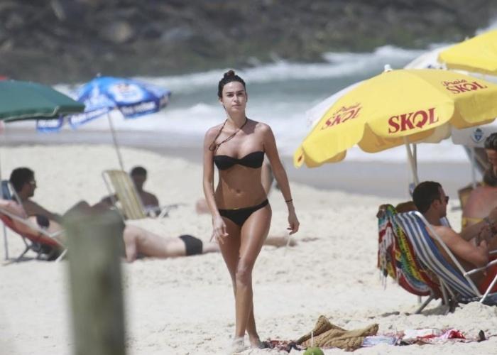 8.mar.2013 - Thaila Ayala exibe boa forma na Prainha, no Rio de Janeiro. Ela foi ao local acompanhada do marido, o ator Paulinho Vilhena