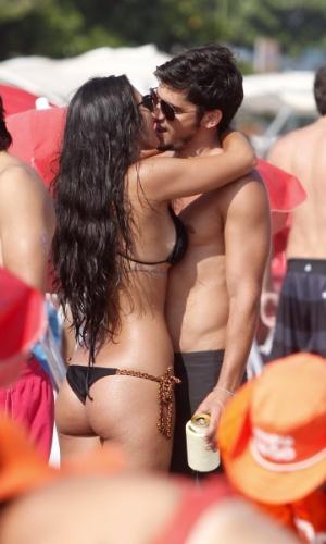 """9.mar.2013 - Bruno Gissoni e Yanna Lavigne trocaram beijos na praia da Barra da Tijuca, zona oeste do Rio. Yanna interpreta Tamar em """"Salve Jorge"""" e Bruno poderá ser visto em """"Flor do Caribe"""""""