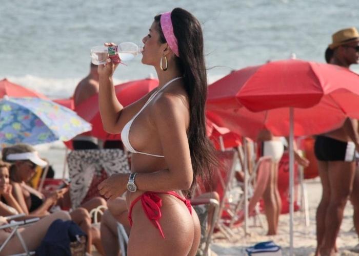 9.mar.2013 - Janine Machado, musa do Brasileirão 2012 pelo Santos, exibe curvas generosas na praia da Barra da Tijuca, no Rio de Janeiro