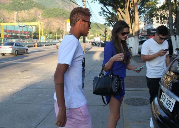 10.mar.2013 - Bruna Marquezine e Neymar almoçaram em um restaurante na zona oeste do Rio. O casal assumiu o namoro durante o Carnaval (2013). Desde então, os dois circulam publicamente