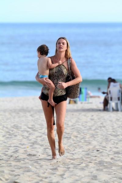 11.mar.2013 - A atriz e modelo Letícia Birkheuer aproveita dia ensolarado com o filho, o pequeno João Guilherme, na praia de Ipanema, no Rio de Janeiro