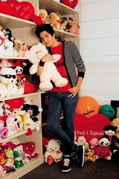 29.jul.2011 - Luan Santana posa no quarto que guarda os presente que ganha das fãs