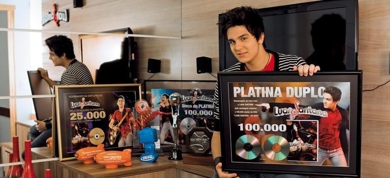 """29.julho.2011 - Ao site """"Caras Online"""", Luan Santana posa com os prêmios que conquistou no ano - Melhor Cantor e Melhor Música no Melhores do Ano, do """"Domingão do Faustão"""""""