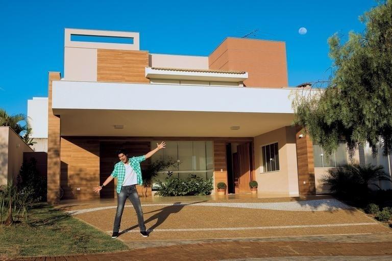"""29.julho.2011 - Luan Santana abriu sua mansão em Londrina, no estado do Paraná, para o site """"Caras Online"""". A propriedade, avaliada em R$ 10 milhões de reais, foi adquirida em fevereiro do mesmo ano"""