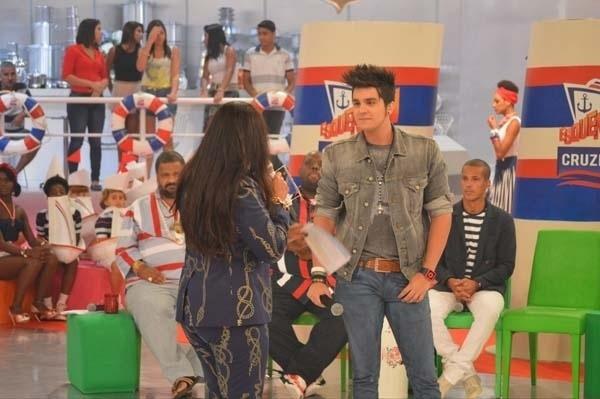 """3.mar.2013 - Luan Santana participa do programa """"Esquenta"""", com Regina Casé, da TV Globo"""