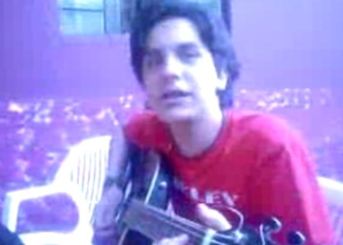 """Luan Santana canta em uma festa de família. Aos 14 anos, Luan promoveu uma festa em Jaraguari (MS) para gravar seu primeiro disco. Por não gostar do resultado final, o cantor destruiu a gravação. Mas um amigo havia guardado uma cópia, que foi disponibilizada no YouTube. Logo a música de apresentação, """"Falando sério"""", ficaria entre as mais pedidas nas rádios de Mato Grosso do Sul, Goiás, Rondônia e Paraná. Na época, o astro sertanejo era conhecido como Gurizinho"""