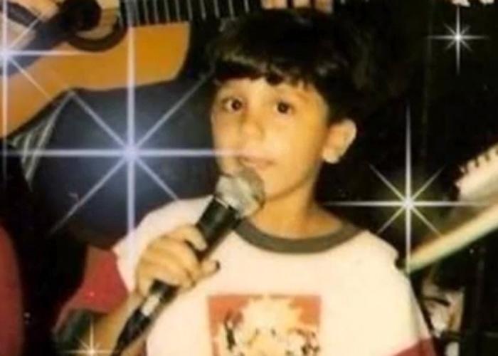 Luan Santana durante apresentação musical na infância