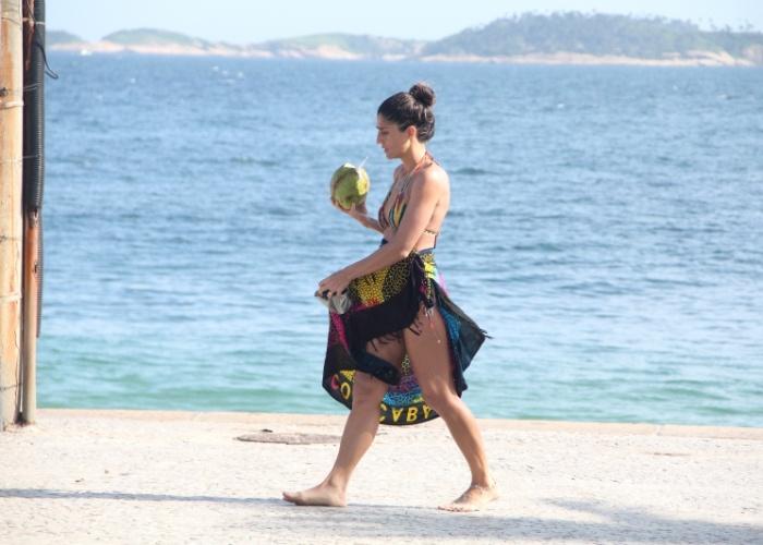 12.mar.2013 - A apresentadora Cynthia Howlett aproveitou o dia de sol para curtir a praia de Ipanema, no Rio de Janeiro