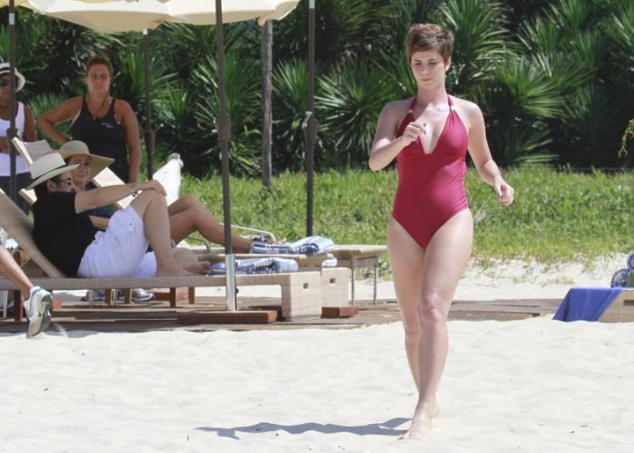 """12.mar.2013 - De maiô, Dani Moreno, a Aisha de """"Salve Jorge"""", grava cenas da novela na praia do Recreio, na zona oeste do Rio"""