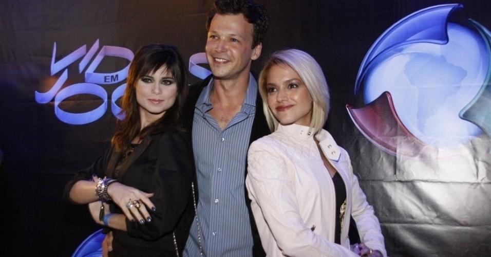 3.mai.2011 - Thaís Fersoza, Guilherme Berenguer e Julianne Trevisol assistem ao 1º capítulo da novela da Record