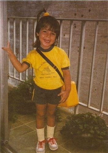 Thaís Fersoza nasceu no Rio de Janeiro, em 13 de março de 1984. Na foto, ela aparece vestindo o uniforme de sua escola, ainda muito pequena