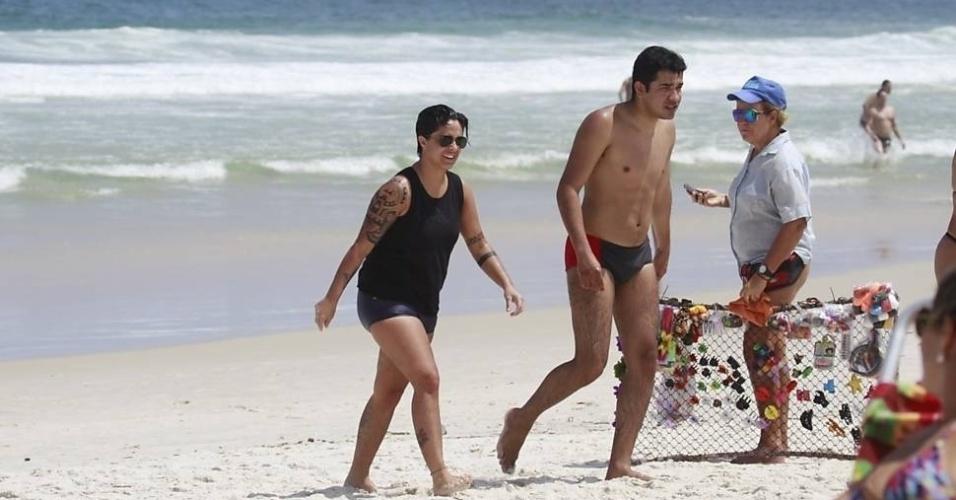 16.mar.2013 - Thammy Gretchen aproveitou o sol carioca para curtir as areias e o mar da praia da Barra da Tijuca, no Rio, A atriz, que estava acompanhada por amigos, escolheu uma roupa de banho masculina e usou uma regata na hora do mergulho