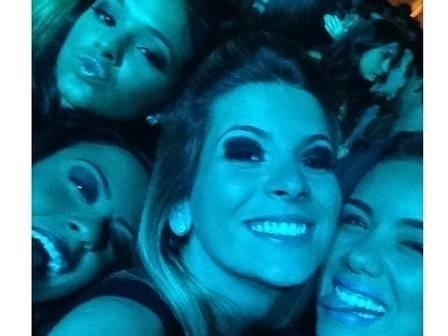 """18.mar.2013 - A atriz Bruna Marquezine,17, curtiu a noite ao lado de amigas em um baile funk no sábado (16) no Rio. Sem o namorado, Neymar, Bruna passou a noite em uma casa de shows onde houve a apresentação da MC Anitta, segundo informações do jornal """"Extra"""". Uma amiga de Bruna postou a foto do momento em que elas se divertiam no baile"""